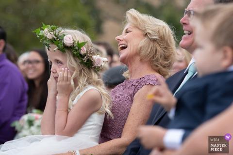 Livermore, CA, fotografia da cerimônia de casamento. Uma menina de flor estava se sentindo infeliz neste casamento.