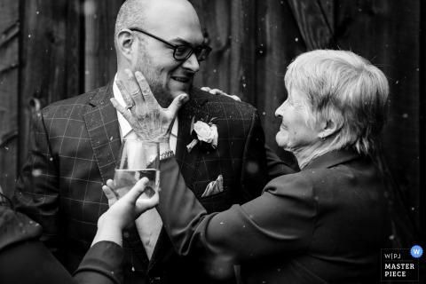 Avó e noivo de Missoula, Montana - fotografia de casamento em preto e branco.