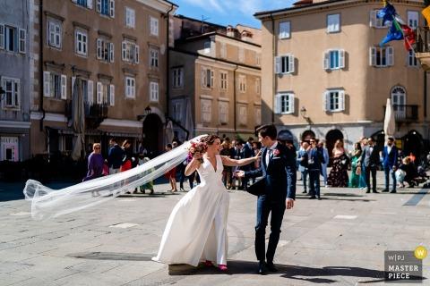 Hochzeitsfotograf aus Friaul-Julisch Venetien in Triest   Momente mit der Braut und dem Bräutigam, die nach der Zeremonie gehen.