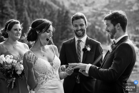 Resort à Squaw Creek, Squaw Valley, CA photographie de mariage en plein air | La mariée et le marié s'amusent avec l'échange d'anneaux.