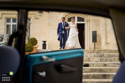Wedding day photography - reception in bordeaux with the bride and a vintage car