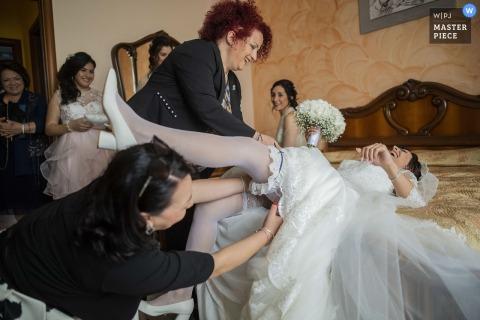Foto des Strumpfbandes der Braut, mit einem kleinen Unfall - Hochzeitsfotografie Reggio Calabrias