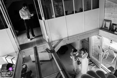 Photographie à la maison de la mariée et du marié - Image de mariage de la mariée et du marié se prépare
