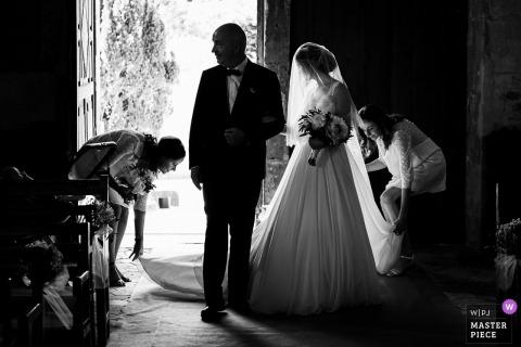 photo de mariage de l'église de luzarche - Mariée entrant dans l'église avec son père