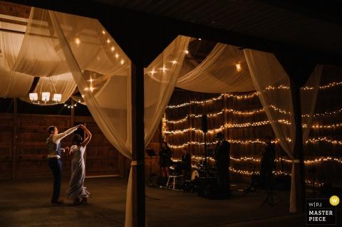 Das Hochzeitsbild von Murray Hill, Leesburg, VA enthält: Bräutigam tanzt mit seiner Mutter und zeigt die Band und den Veranstaltungsort.