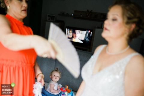 De dochter van de Luxemburgse bruid kijkt naar haar moeder | Trouwdag fotografie