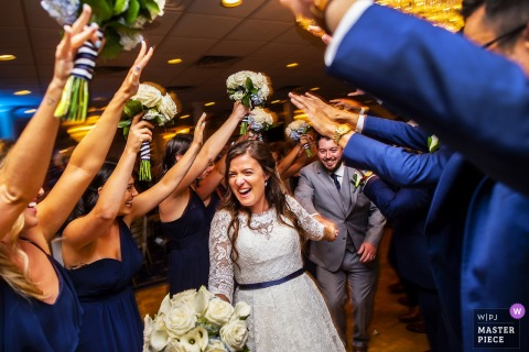 Photographie de mariage du New Jersey au Breakers on the Ocean - Les mariés arrivent sur la piste de danse au début de leur réception.