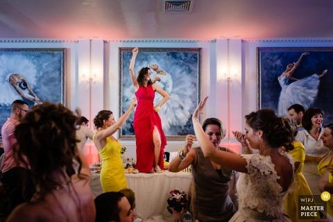 Terra Residence, l'image de mariage de Sofia contient: La quatrième ballerine dansant dans une robe rouge sur les tables de réception
