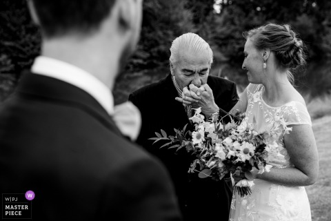Flandern Fotografie bei der Zeremonie - der Vater der Braut küsst seine Tochter, bevor er sie zu Beginn der Zeremonie dem Bräutigam übergibt