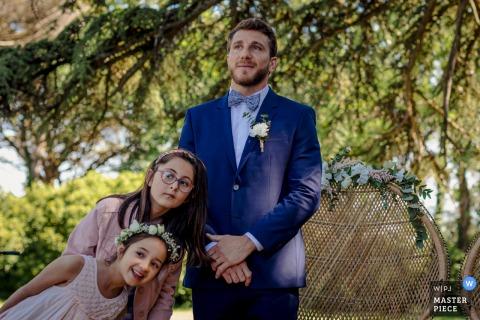 Château de Tauzies, France photographie de mariage contient: Le marié et les petites filles attendant la mariée