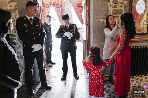 Photographie de cérémonie de mariage Auvergne-Rhône-Alpes: le futur mari, soldat, et très ponctuel, vérifiez l'heure pour ne pas être en retard pour la cérémonie