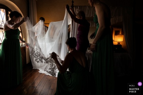 Mariée toscane se prépare avec de l'aide - Photo de reportage de mariage