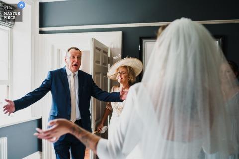 Norwich, Norfolk, Royaume-Uni photographe de reportage de mariage: un très heureux père de la mariée