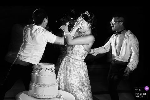 Riu Palace Costa Mujeres Hotel Après la fête photo de mariage du gâteau brisé sur le visage de la mariée.