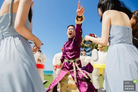Phuket, Thailand Hochzeitstag Fotografie - Die Trauzeugen Spielen Sie das Spiel für die Brautjungfern draußen