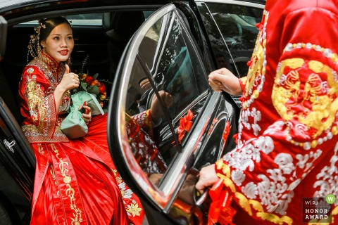Zhejiang wedding photography at the bride's home - bride praises groom as she is getting out of the car