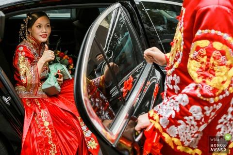 Zhejiang Hochzeitsfotografie bei der Braut zu Hause - Braut lobt Bräutigam, als sie aus dem Auto steigt