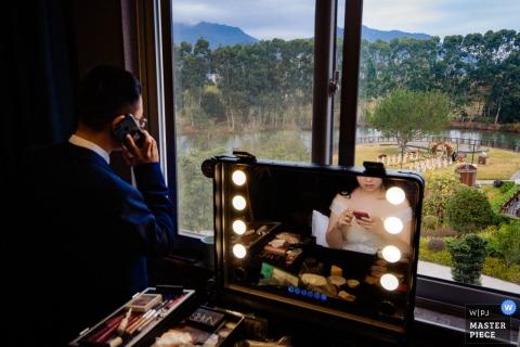 fujian chine Moment de mariage de la mariée se préparant avec miroir.