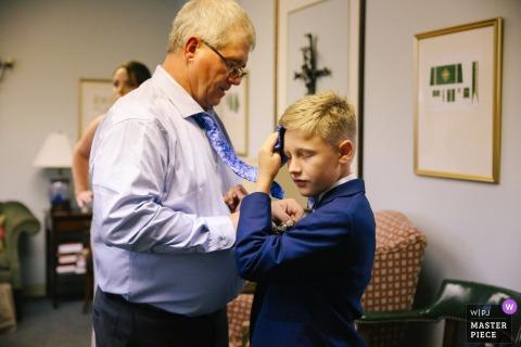 Photographe de mariage de l'église du Tennessee: Sans climatisation dans le sous-sol de l'église, le fils du marié a attrapé la chose la plus proche pour essuyer la sueur de son front.