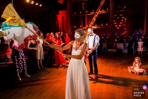 Image de réception de mariage Kasteel van Hoen de la mariée avec un balai frappant une pinata.