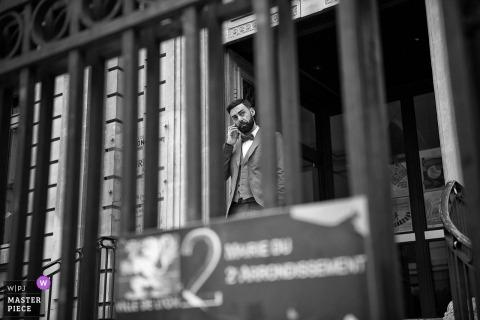 """Photographe de mariage à Lyon """"Nous sommes à quelques minutes de l'entrée de la mairie mais toujours pas de Mouna la mariée. Fabien le marié commence à s'inquiéter sérieusement surtout quand personne ne répond au téléphone."""""""