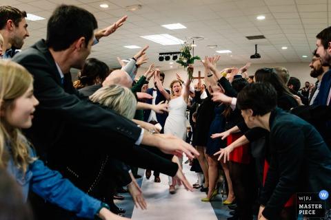 Cérémonie, Toulouse en France - Image de la mariée quittant la cérémonie dans le bonheur