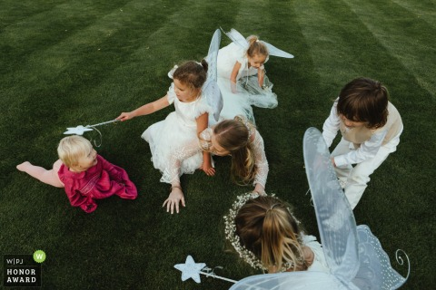 Kent Wedding Reception Photography of the Little Angels | Kinderen spelen op het gras gazon