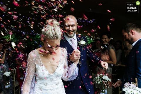 Horsham, West Sussex, Engeland, Verenigd Koninkrijk trouwlocatie fotografie - De bruid en bruidegom confetti shot