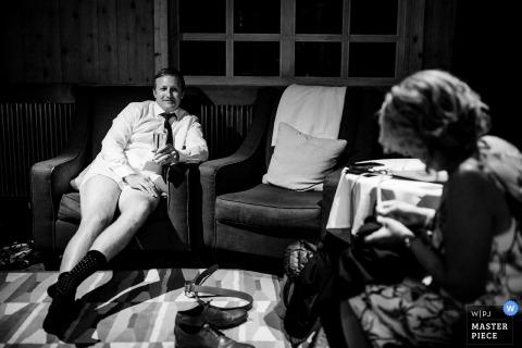 新郎把裤子由新娘的母亲缝在一起| Tenmile站,布雷肯里奇,科罗拉多州
