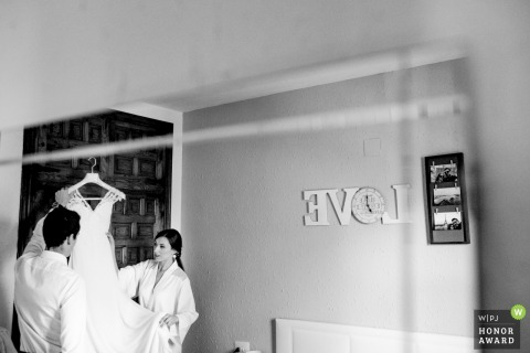 Teruel Bride Getting ready | The dress is still on the hanger | Wedding Photojournalism