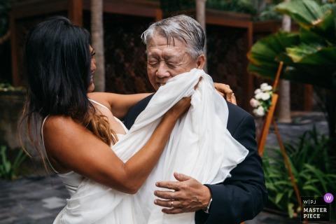 Flandern Hochzeitsfeier Veranstaltungsort Foto enthält: die Braut wischte sich das Gesicht ihres Vaters trocken während der Vater-Tochter-Tanz