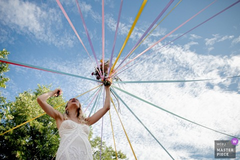 Paris bouquet ruban game - photographie de mariage le jour du beau ciel bleu