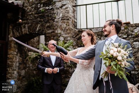 Château de Socerb, Slovenja - Sabre ouvrait une bouteille de champagne