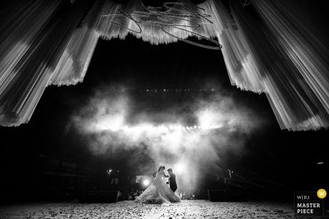 雾和灯光下泰国新娘和新郎的泰国曼谷婚礼仪式形象