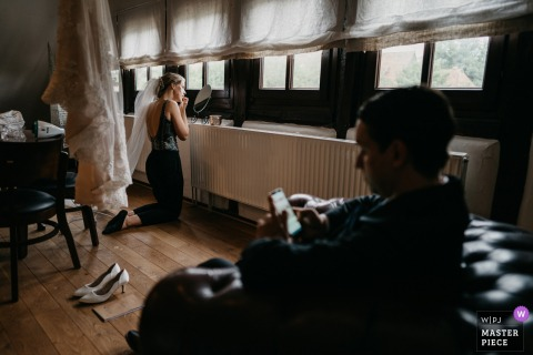 Deutschland-Hochzeitsfotografie der Braut, die zu Hause fertig wird