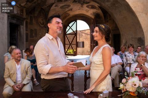 Certaldo, Palazzo Pretorio trouwfoto tijdens het uitwisselen van geloften