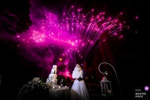 Réception de mariage Villa Martinello Mapello de feux d'artifice colorés pendant la coupe du gâteau.