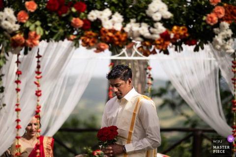 Umbria, imagem do casamento na Casa Bruciata contém: O noivo esperando a noiva antes da cerimônia