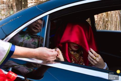 Domowa miłość rodziny Fujian - faktyczna fotografia ślubna panny młodej w samochodzie.