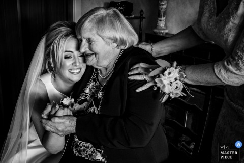 Tankardstown-Haus, Irland-Braut, die Oma - Hochzeits-Foto umarmt