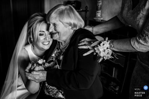 Tankardstown House, Irlanda Sposa che abbraccia nonna - Foto di matrimonio