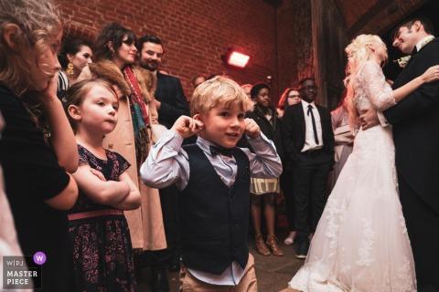 Photo de reportage de mariage en Angleterre de Leez Priory, Essex - Image de la première danse