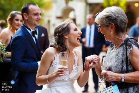 Photographie de mariage du palais de Bragadiru | La mariée est félicitée à la fin de la cérémonie