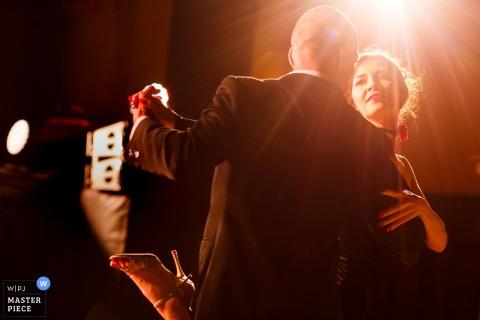 L'image de mariage du palais de Bragadiru contient: le couple danse pendant la fête de réception