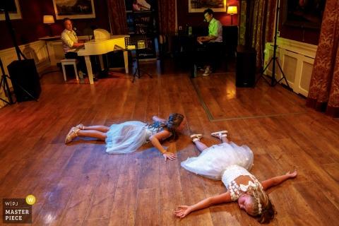 Image de mariage aux Pays-Bas de De Engelenburg - Les enfants trop fatigués pour danser