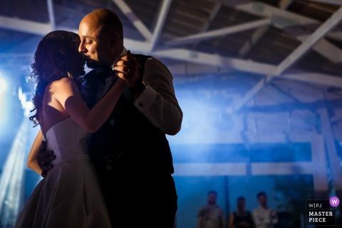 L'image de mariage de Gradina Lahovari contient: le marié et la mariée lors de leur première danse