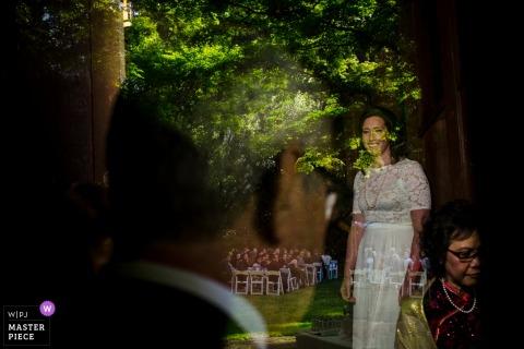 Photo de mariage du Faculty Club de UC Berkeley | La mariée attend avec ses parents avant d'entrer dans le lieu de la cérémonie