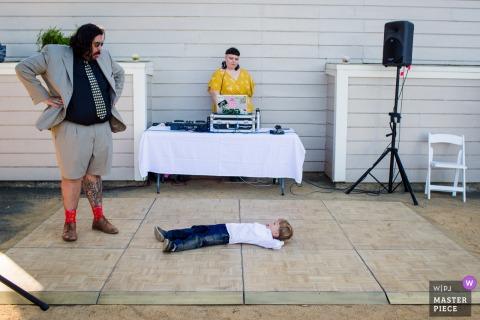 Stanford House en Oakland, CA Foto de la boda: el niño no quiere levantarse en la pista de baile e hizo muecas con su padre