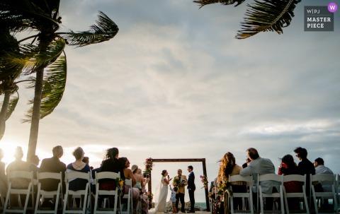 Photographe de mariage à Fort Zachary Taylor, Key West, Floride: Le porteur de la sonnerie voulait de l'attention lorsque sa mère était au centre de la cérémonie.