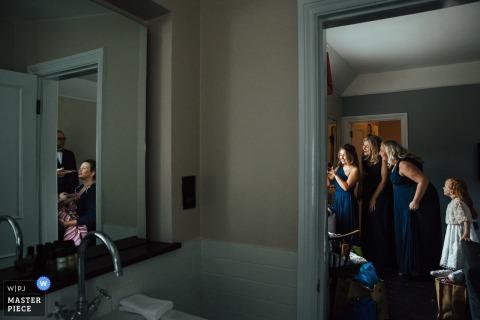 The Olde Bell, photographe de reportage de mariage Hurley: La mariée et les demoiselles d'honneur se préparent